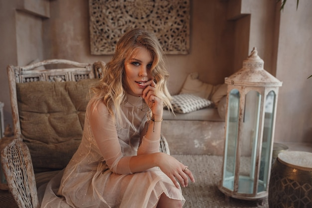 Piękna seksowna kobieta blond włosy w stylu wschodnim arabski