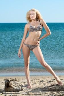 Piękna seksowna kobieta na plaży w bikini