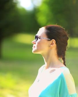 Piękna seksowna kobieta o naturze w czarnych okularach przeciwsłonecznych