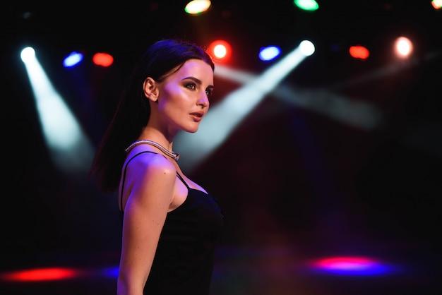 Piękna seksowna kobieta z barwionymi lampami
