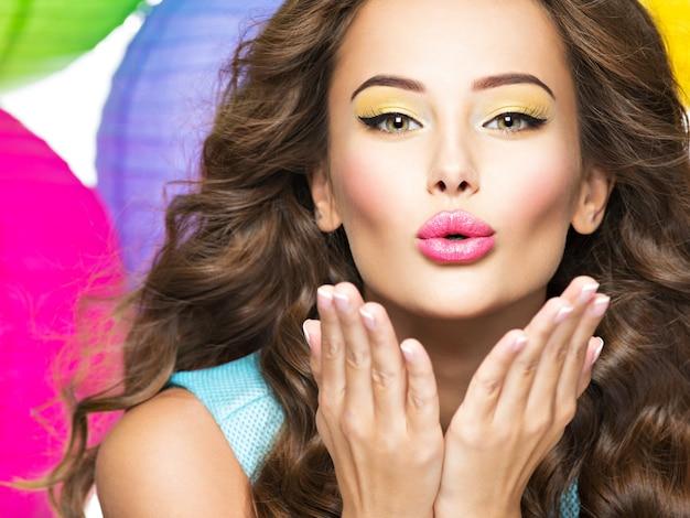 Piękna seksowna kobieta z gestem pocałunku portret dziewczyny flirty kobieta z pozytywnymi emocjami