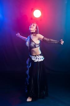 Piękna seksowna kobieta z luksusowym błyszczącym wschodnim makijażem tańca plemiennej fuzji