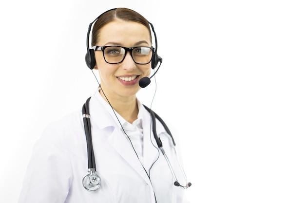 Piękna seksowna lekarka w białym płaszczu, zestaw słuchawkowy