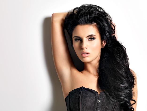 Piękna seksowna młoda brunetka kobieta z długimi włosami.
