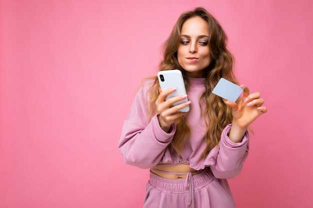 Piękna seksowna pozytywna młoda blondynka kręcone kobieta nosi różowe ubrania