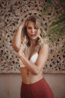 Piękna sexy kobieta blond włosy w stylu wschodnim arabski maroko meble glamour model stanowią modne ubrania