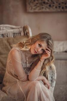 Piękna sexy kobieta blond włosy w stylu wschodnim
