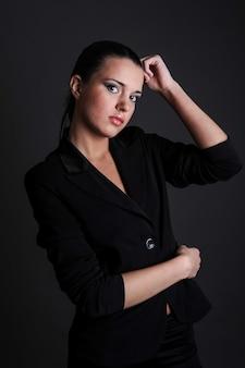 Piękna sexy kobieta portret studio czarny odzież wizytowa