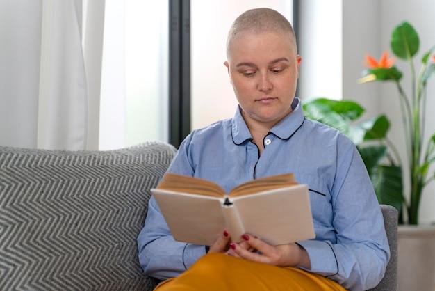 Piękna silna kobieta walcząca z rakiem piersi