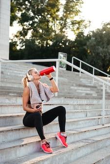Piękna silna młoda sport kobiety wody pitnej