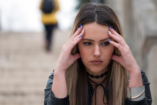 Piękna silna przygnębiona nieszczęśliwa kobieta.