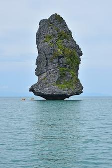 Piękna skalista wyspa w narodowym parku morskim ang thong w tajlandii