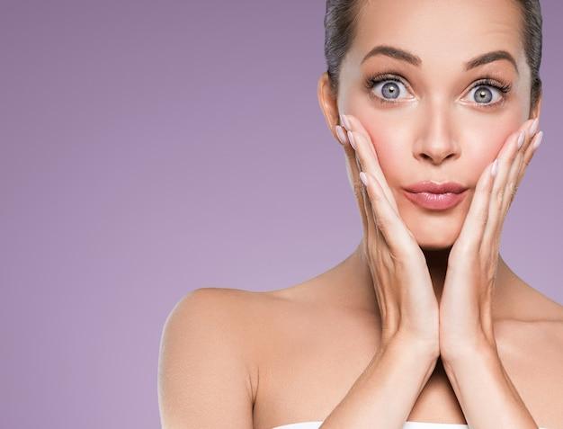 Piękna skóra kobieta twarz skóra kosmetyczny naturalny makijaż szczęśliwy model emocjonalny twarz manicure paznokcie ręka