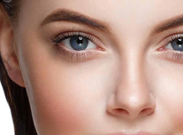 Piękna skóra kobiety zdrowe włosy i uroda oczy rzęsy i usta. strzał studio.