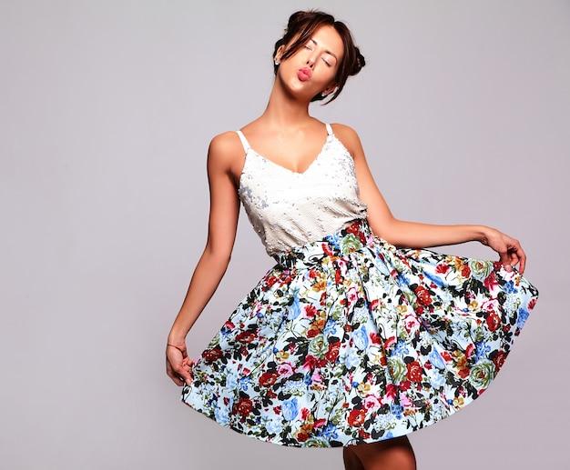Piękna śliczna brunetka modelka w letnich ubraniach bez makijażu