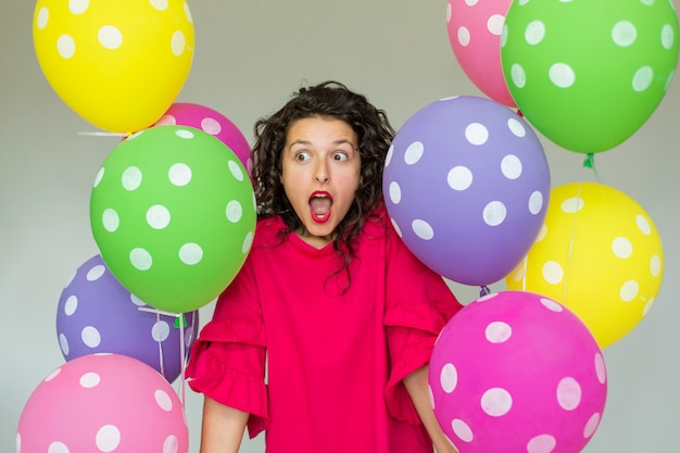 Piękna śliczna rozochocona dziewczyna z barwionymi balonami. wszystkiego najlepszego z okazji urodzin.