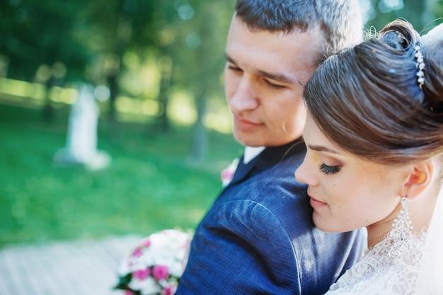 Piękna ślub para pozuje w parku