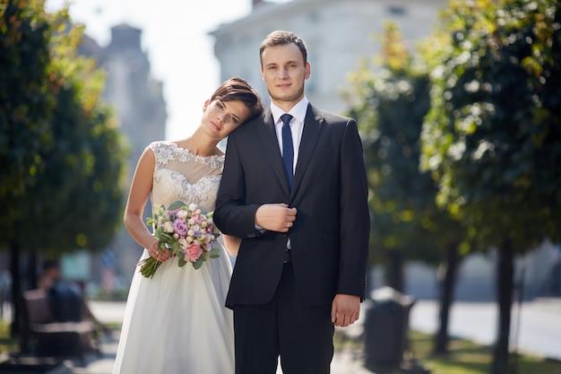 Piękna ślub para pozuje w starym miasteczku.