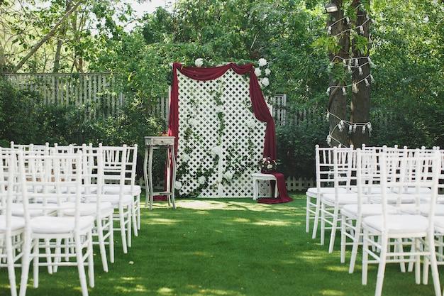 Piękna ślubna ceremonia w parku