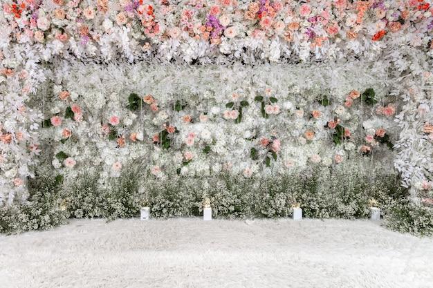 Piękna ślubna kwiatowa ściana w ślubnej ceramice