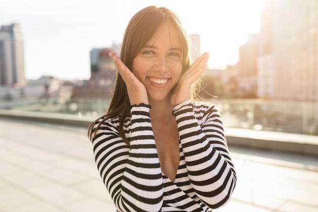 Piękna smiley kobieta pozuje w ślicznym sposobie