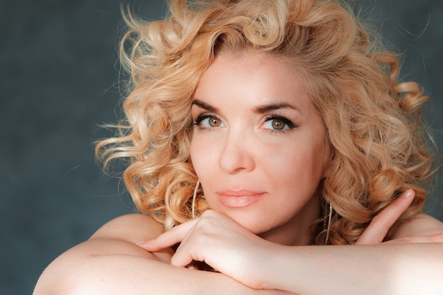 Piękna spektakularna seksowna blondynka z kręconymi włosami