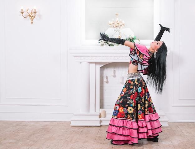 Piękna śpiewaczka cygańskiego tańca w tradycyjnym stroju