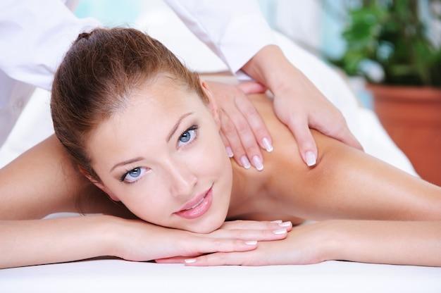 Piękna spokojna kobieta zaczyna relaksować się w salonie spa