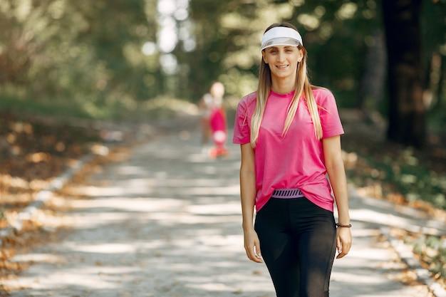 Piękna sport dziewczyna w lato parku