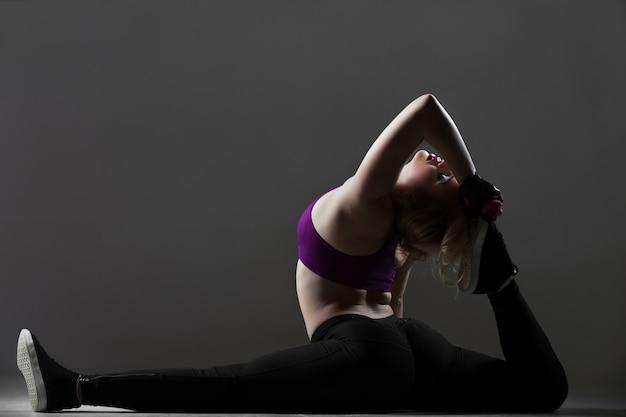 Piękna sportowa dziewczyna rozciągania treningu