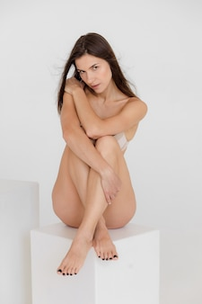 Piękna sportowa dziewczyna w bieliźnie idealna sportowa sylwetka wysokiej jakości zdjęcie