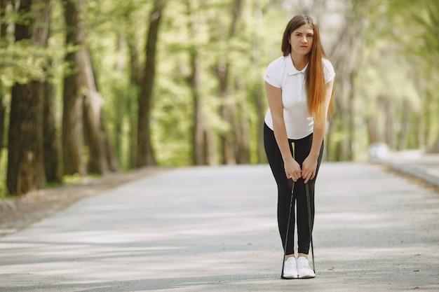 Piękna sportowa dziewczyna w lato lesie