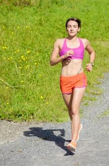 Piękna sportowa kobieta bieg w wsi