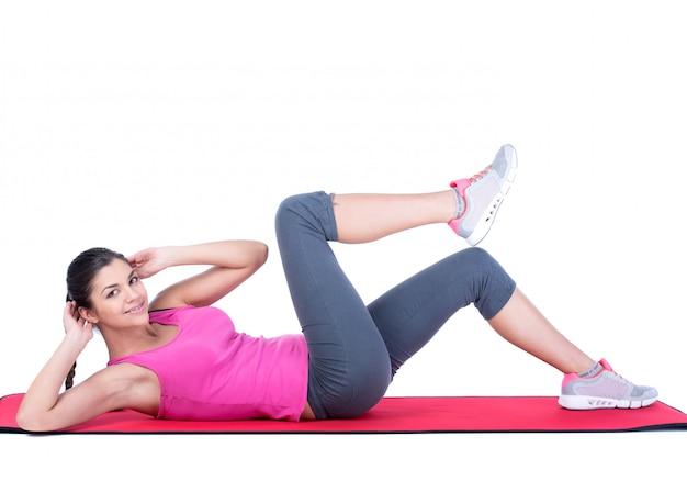 Piękna sportowa kobieta robi ćwiczeniu.