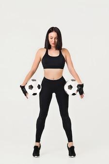 Piękna sportowa kobieta z piłką