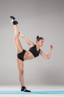 Piękna sporty dziewczyny pozycja w akrobata pozie