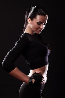 Piękna sprawności fizycznej dziewczyna z seksownym ciałem