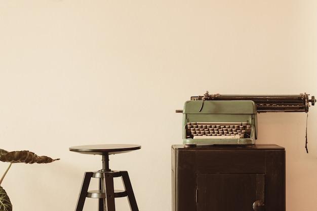 Piękna stara maszyna do pisania na drewnianej szafce