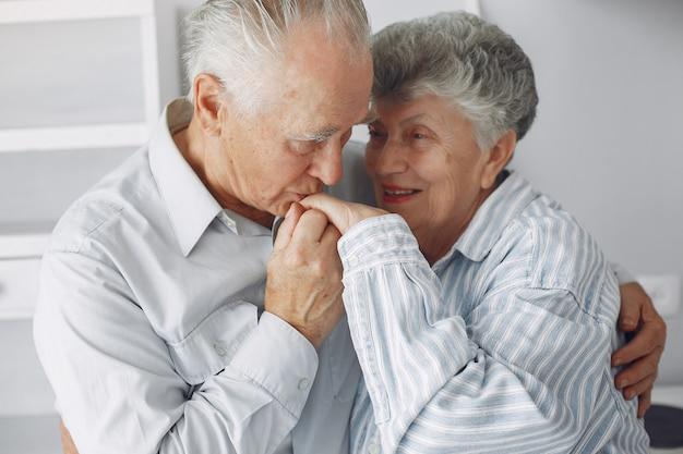 Piękna stara para spędzała razem czas w domu
