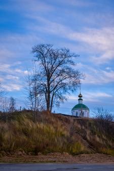 Piękna stara świątynia na wzgórzu?