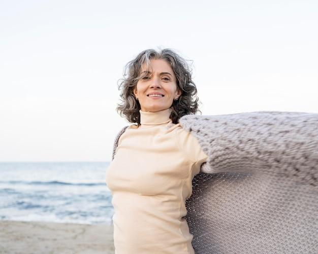 Piękna starsza kobieta ciesząca się czasem spędzonym na plaży