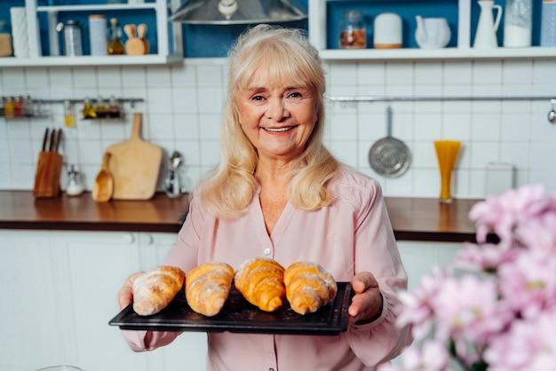 Piękna starsza kobieta do pieczenia w kuchni