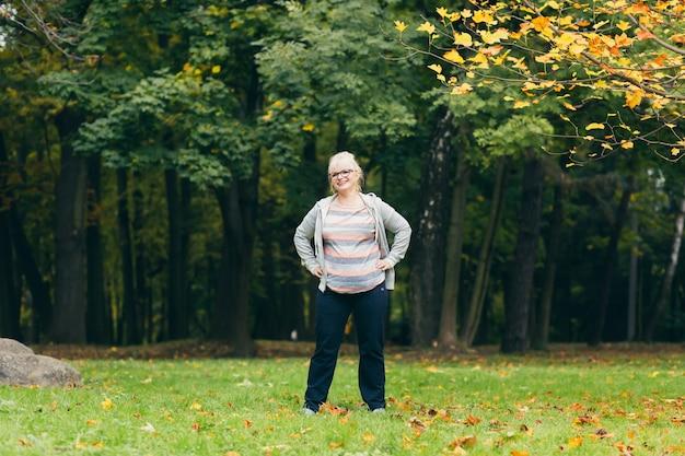 Piękna starsza kobieta na spacerze w parku