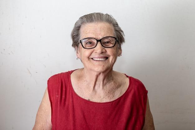 Piękna starsza kobieta śmia się i ono uśmiecha się. uśmiechnięta starsza kobieta.