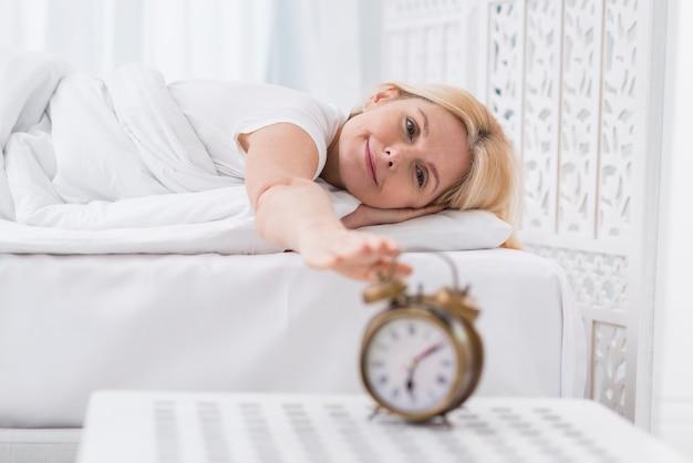 Piękna starsza kobieta zatrzymuje alarm