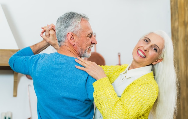Piękna starsza para kochanków. portret osób starszych podczas zabawy w domu