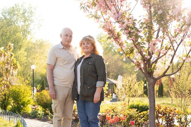 Piękna starsza para zakochana na zewnątrz w przyrodzie wiosną lub latem