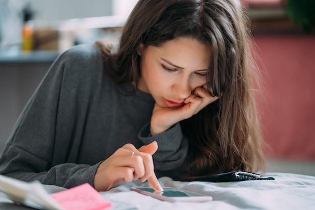 Piękna studentka przygotowuje się do nadchodzącego egzaminu.