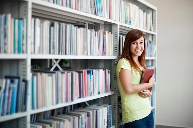 Piękna studentka w bibliotece