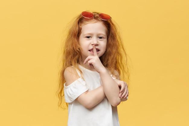 Piękna, stylowa dziewczynka z długimi rudymi włosami